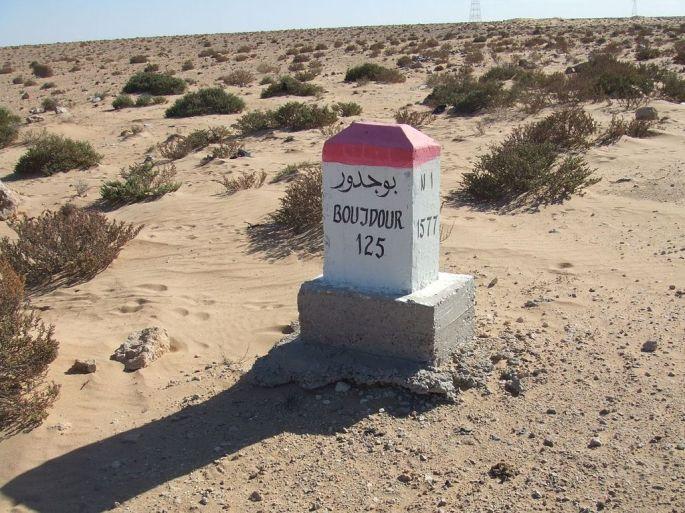 Mojon_kilometrico_en_la_ruta_N1_indicando_125_km_to_Bojador_(Sahara_Occidental)